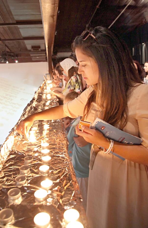 עמדה שמרנית בסוגיית הדלקת נרות שבת במלון. הדלקת נרות המונית בתל אביב צילום: גדעון מרקוביץ', פלאש 90