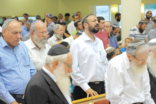 הרבנים ברכיהו, יחזקאל קופלד, מיכאל הרשקוביץ ואלישע וישליצקי בתפילה לשלום החטופים צילום: ראובן קסטרו