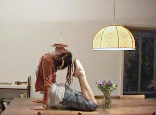 """רגע ההמתנה, המבשר חורבן, קפא לנצח. תמר אטון, """"שולחן"""" (וידאו), 2007"""