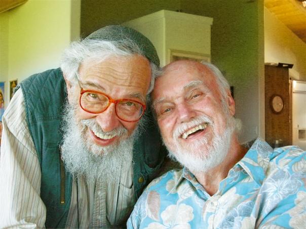 ההכרה שיש תורה בגויים הביאה לניתוק מהאורתודוקסיה. זלמן שחטר-שלומי (משמאל) עם המורה הרוחני ראם דאס  צילום: Joan Halifax