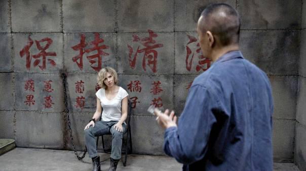 """סצנות האקשן האלימות הופכות מופרכות יותר ויותר. מתוך """"לוסי""""  צילום: יח""""צ"""