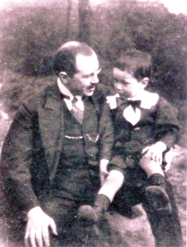 """עמנואל שאול, מחבר הפואמה """"לילדיי"""", עם בנו, 1910באדיבות שי שאול"""