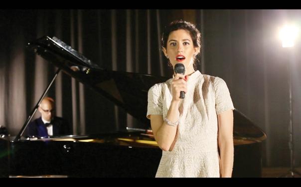 החזות הישראלית יוצרת סדקים בבינלאומיות. יעל סלומה, Be well, מיצב וידאו, 2014