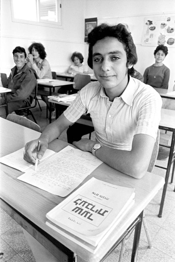 """למידה כתהליך של הפנמה. עולה חדש ממרוקו באולפן, 1971 צילום: לע""""מ. למצולם אין קשר לכתבה"""