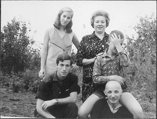 עולם משפחתי רווי אלימות בשוט ובאקדח. יגאל שוורץ (מכסה את פניו) ובני משפחתו צילום מתוך הספר