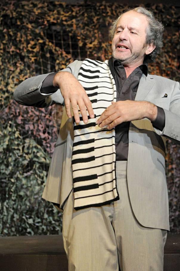 """פסי הטלית כקלידי פסנתר. מתוך """"חרדתו של המלך סלומון"""", תיאטרון המיקרו  צילום: גדי דגון"""