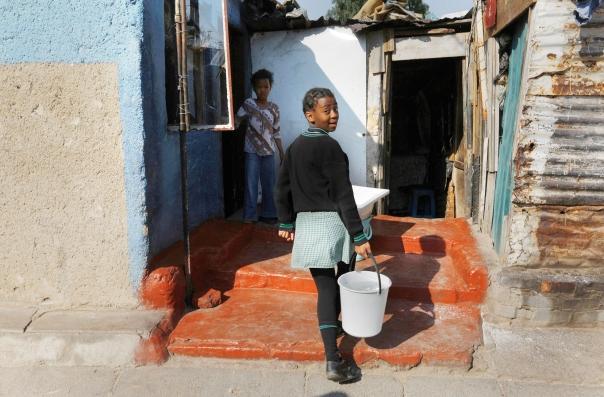 מראות העיר הגדולה מסחררים את הנערה משכונת העוני. נערה ברובע סוואטו צילום: EPA