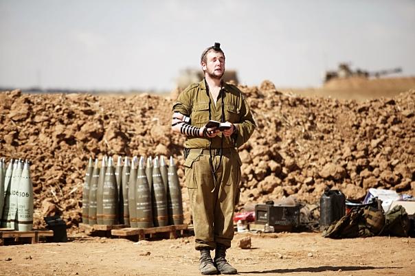 האם ה' באמת מתייחס לתפילתנו? חייל מתפלל בגבול עזה   צילום: EPA