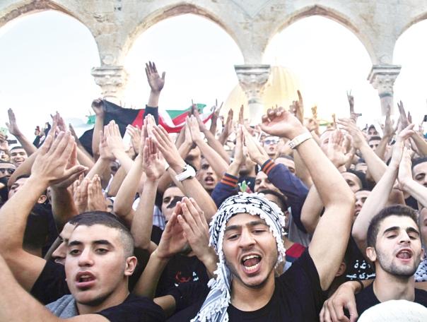 """הם ואנחנו קרויים """"מאמינים"""", אך זהו שיתוף השם בלבד. מוסלמים בהר הבית  צילום: EPA"""