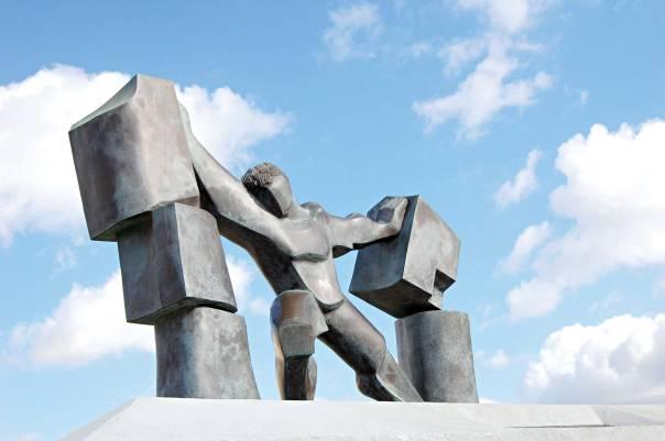 אל לה לעיר להסתגר בחומת שנאה. פסל שמשון באשדוד לזכר גיבורי השואה ומלחמות ישראל  הפסל: ברוך וינד. צילום: ענת צילקר