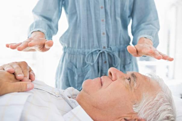 להסדיר את הרפואה המשלימה מבחינה חוקית ורפואית. טיפול רייקי צילום: שאטרסטוק
