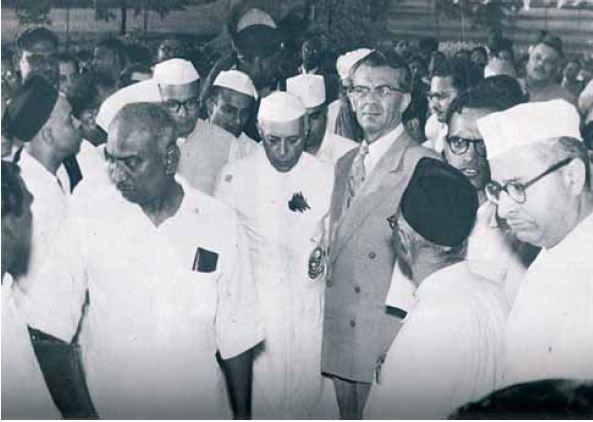 עזריאל קרליבך עם ראש הממשלה נהרו ואנשי הקונגרס ההודי. מתוך הספר