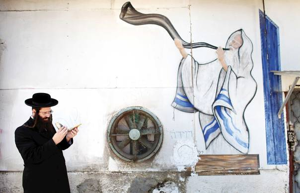 היהודי של יום הכיפורים לא יוכל להתחמק מהמסר של ראש השנה. מפעל שופרות בתל אביב, 2012 צילום: epa