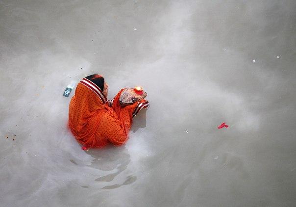 בשנה החולפת מאה מיליון איש (!) טבלו במימי הגנגס צילום: EPA