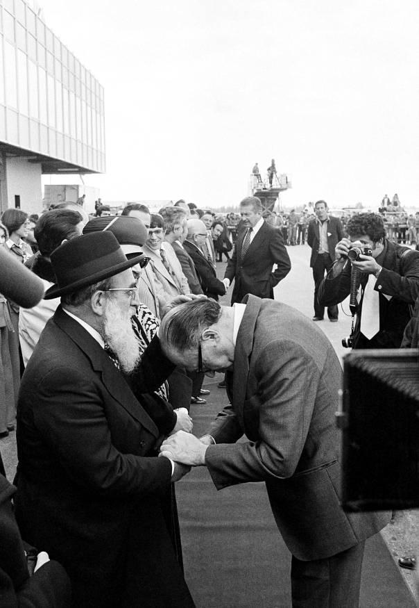 """קשר אישי בין הרב הצבאי הראשי לחיילי צה""""ל. הרב גורן וראש הממשלה בגין, 1977  צילום: אי.פי"""