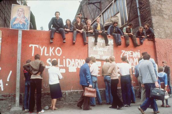 """השתלטות במסווה של """"מאמצי שיקום"""". פועלים שובתים, פולין, 1980 צילום: אי.אפ.פי"""