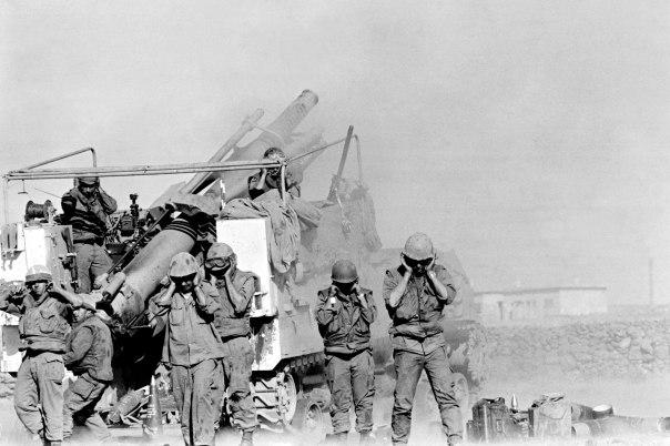 הפגזים נוחתים מסביב גם כשהמלחמה הסתיימה. חיילים במלחמת יום כיפור צילום:   אי.אפ.פי
