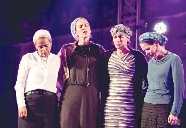 """""""נשים היו תמיד אלופות העולם בתפילה"""". רחלי פרנקל, בת־גלים שער, מאיה מורנו ואיריס יפרח באירוע סליחות במערת המכפלה, תשע""""ה צילום: מרים צחי"""