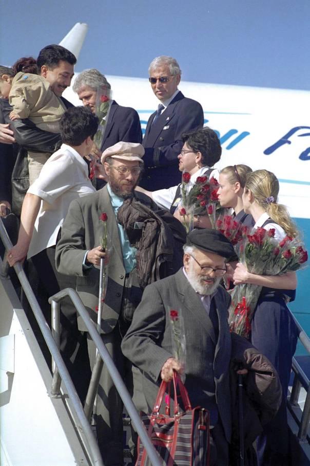 """להשקיע מאמץ רוחני בעבודה עם כלל יוצאי ברית המועצות. נמל התעופה בן גוריון, 2000  צילום: משה מילנר, לע""""מ"""