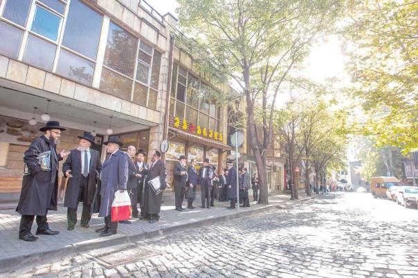 לפני בית הכנסת בית רחל.