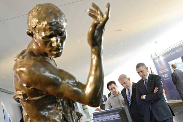 """שינוי במהות האנושית. ראש הממשלה נתניהו והנשיא אובמה בתערוכת טכנולוגיה במוזיאון ישראל, 2013 צילום: לע""""מ, קובי גדעון"""