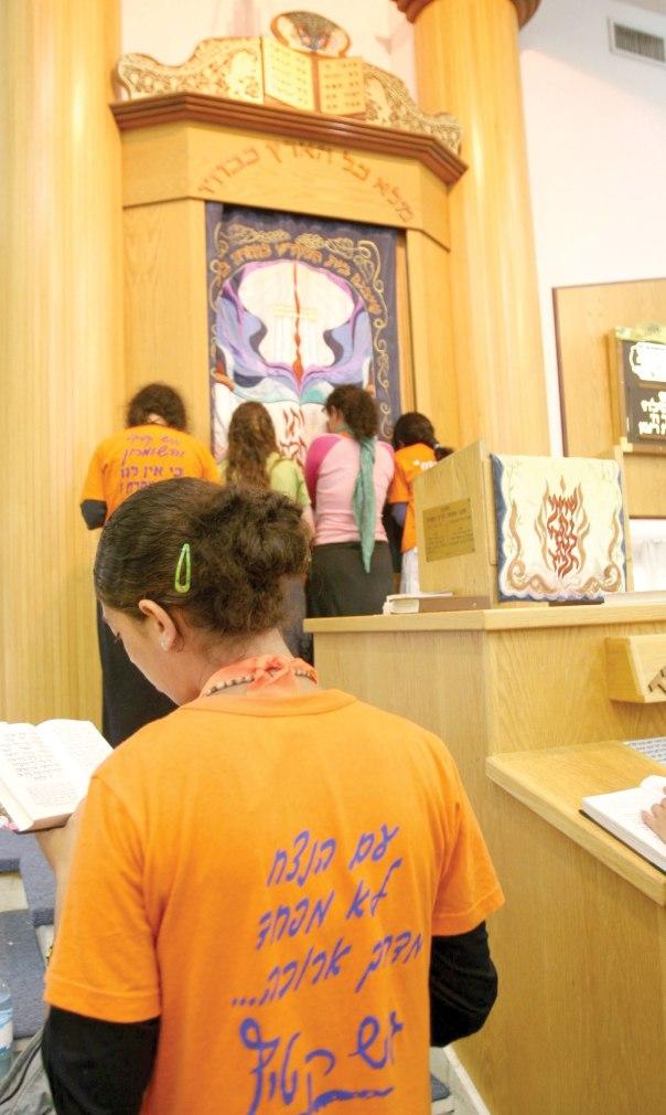 התפילה כמוסד כלל- ישראלי. תפילת הנערות בנווה דקלים, גוש קטיף, 2005 צילום: מירי צחי