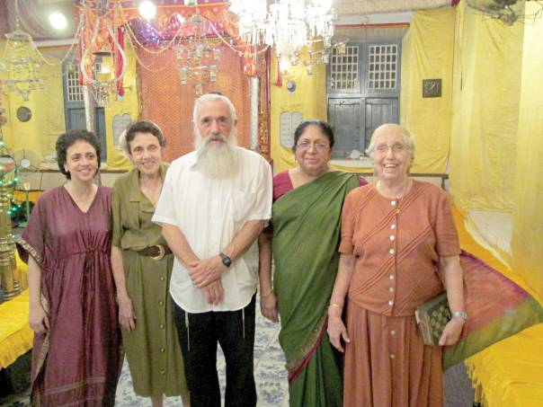 יונתן סגל (במרכז) בבית הכנסת בקוצ'ין צילומים: יונתן סגל