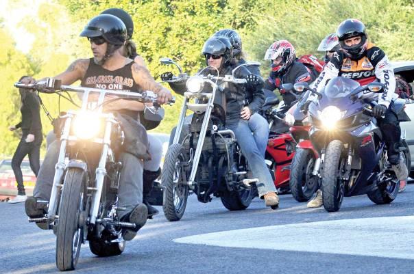 האם להזמין לקידוש אופנוענים מטיילים בשבת. לטרון, 2008 צילום: ג'ורג' נובומינסקי, פלאש 90