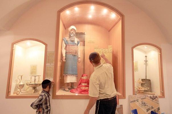 מוכנות מלאה למסירות נפש. בגדי כהן גדול, מכון המקדש בירושלים  צילום: פלאש 90