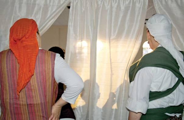 המרחק יוצר מתח רוחני. הכנסת ספר תורה ביצהר, 2006 צילום: מרים צחי