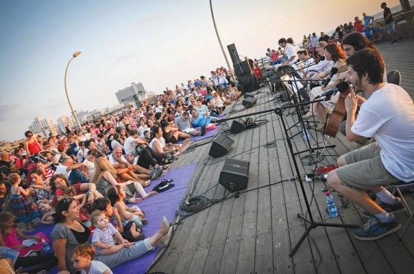 התפילה כמוסד כלל ישראלי. קבלת שבת של בית תפילה ישראלי בנמל תל אביב; צילום: פלאש 90