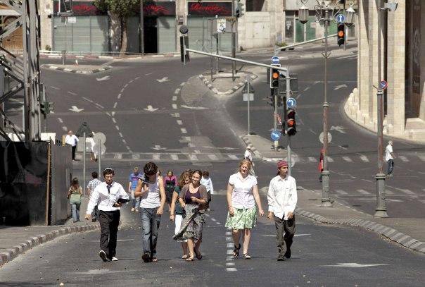 אנשים מכל הגוונים פוסעים בכבישים הריקים מכלי רכב. יום כיפור בירושלים, 2009 צילום: רויטרס