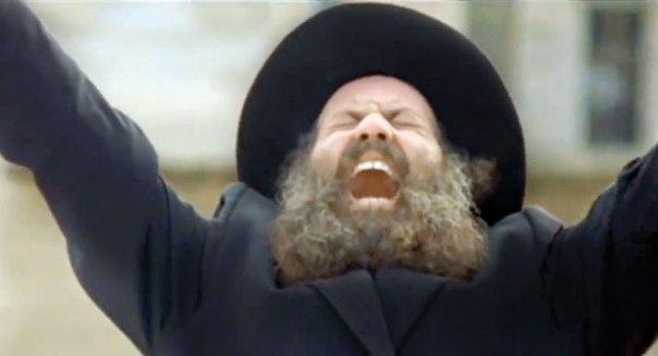 """אחד המתפללים הדגולים של הקולנוע הישראלי . שולי רנד ב""""אושפיזין"""" צילום מסך"""
