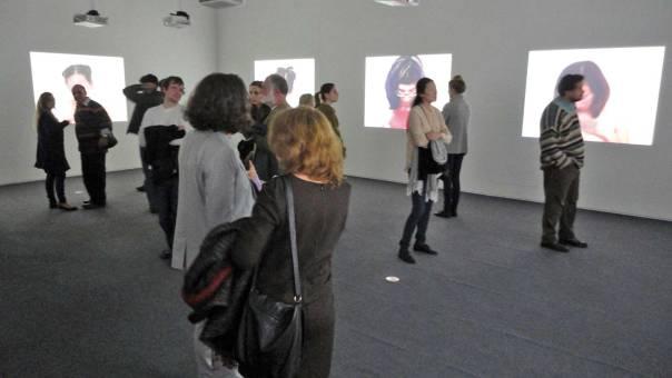 הפצעת וגם זרית. מבקרים בפתיחת התערוכה של נלי אגסי במוזיאון ישראל, 2012  צילום: יאיר טלמור