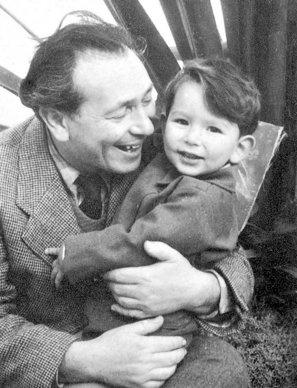 רגש כבוד כלפי האנשים הקטנים, הילד ירון עם אביו בצלאל צילום מתוך הספר