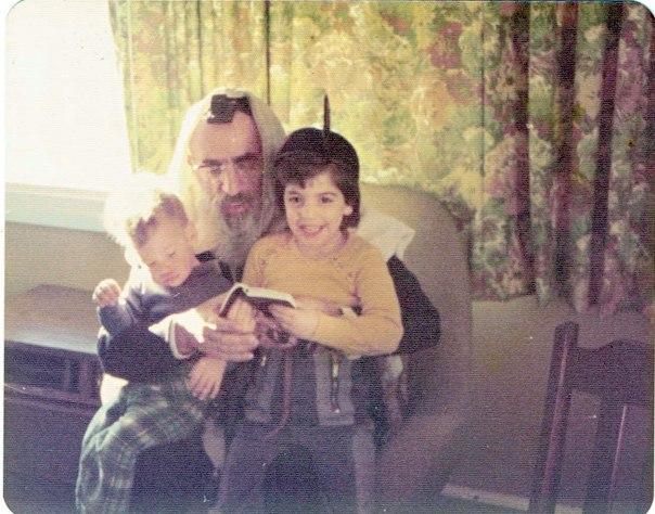 קפיצות משותפות לתוך הבניאס הקפוא. הרב גורן עם נכדותיו, אפרת ועינת, 1976 צילום: באדיבות המשפחה