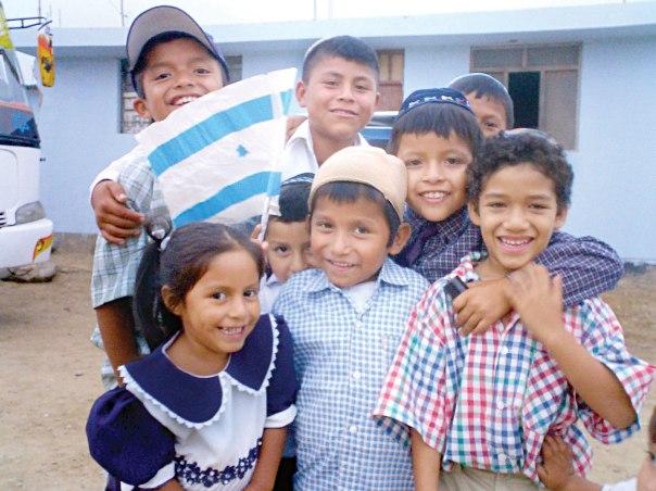 גויים גמורים המבקשים להצטרף לעם היהודי ולאמונתו. ילדים מקרב המתייהדים בפרו