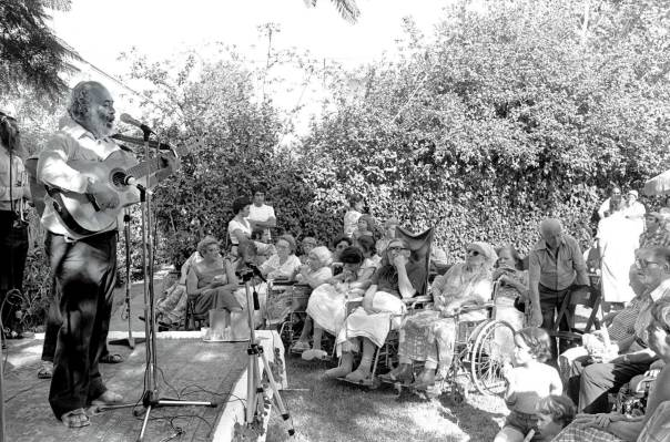"""הרב שלמה קרליבך בהופעה בפני חולים כרונים, שכונת יד אליהו, 1980 צילום: משה מילנר, לע""""מ"""