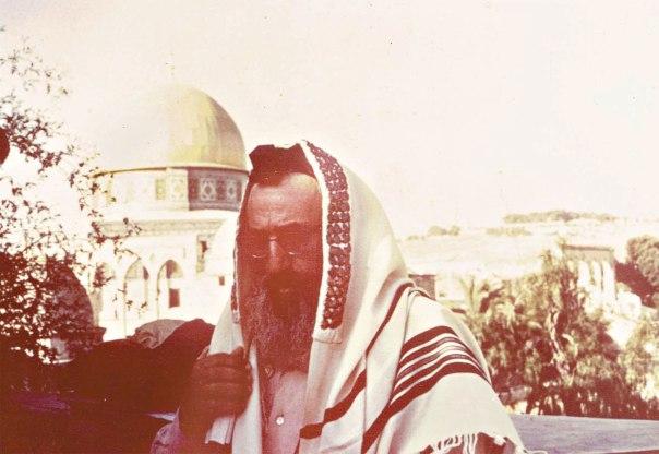 """""""דיין מסר בזדון את קודש הקודשים של עם ישראל לוואקף המוסלמי"""". הרב גורן במחכמה שבהר הבית, ט' באב תשכ""""ט צילום: באדיבות המשפחה"""
