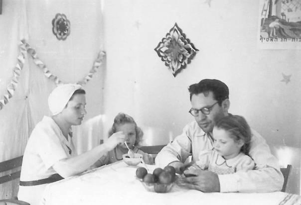 הרב אברהם צוקרמן עם אשתו ובנותיו הגדולות  הצילומים באדיבות המשפחה
