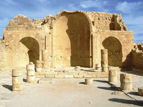 שרידי הכנסייה הדרומית בעיר הנבטית שבטה  צילום: אסתר ענבר