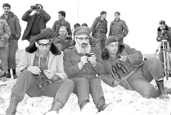 אריאל שרון, הרב גורן ורחבעם זאבי קוראים פרקי תהילים בעת פעולת כראמה, 1968  צילום: במחנה, ארכיוןמשרד הביטחון