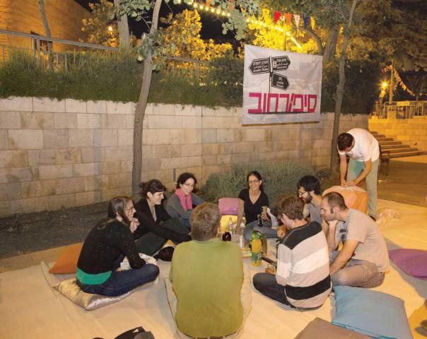 """""""כולם מוזמנים, אין סלקציה. זה פורמט מאוד לא אליטיסטי"""". בוק סרפינג בשבוע הספר האלטרנטיבי, ירושלים, 2014 צילום: עינת גומל"""