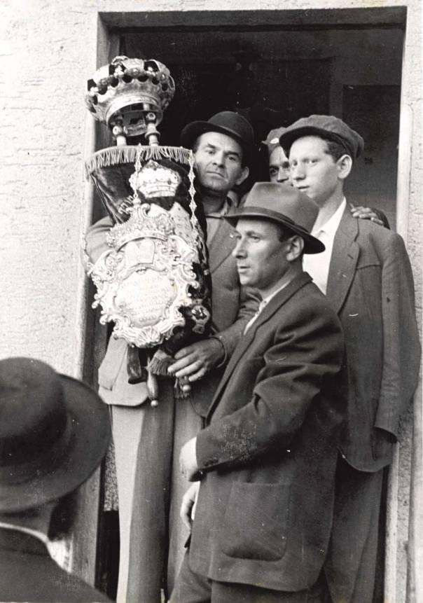 בכוחו של ניגון להבקיע רקיעים, לשנות את המציאות ולבטל את רוע הגזרה. ניצולים במחנה העקורים צילסהיים, גרמניה, אוגוסט 1947