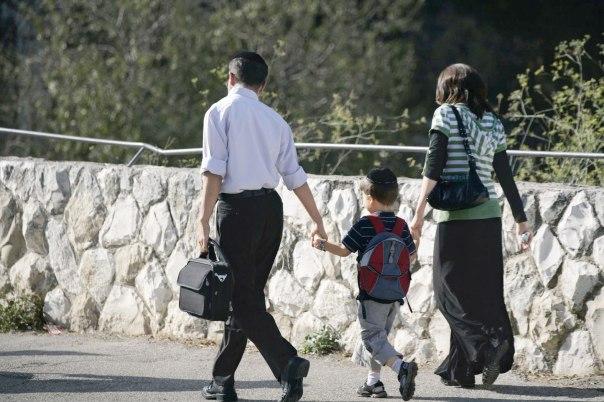 בין זוגיות ליחסי הורים וילדים. הורים מלווים את בנם לבית הספר צילום: אביר סולטן, פלאש 90