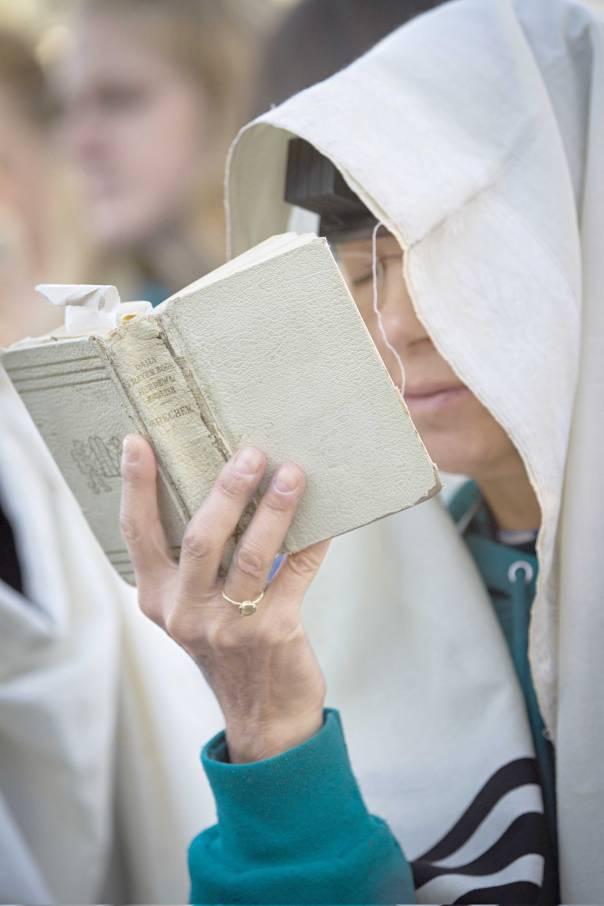 """""""אין תלונתנו בזה בכלל על הנשים שהתנדבו לקיים מצוות תפילין, אלא על הרבנים"""". אישה מנשות הכותל בכותל המערבי, 2014 צילום: פלאש 90"""