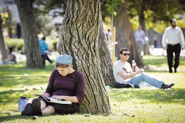 הלימודים האקדמיים עשויים לתרום ללימודים התורניים. סטודנטים באוניברסיטה העברית צילום: פלאש 90. למצולמים אין קשר למאמר
