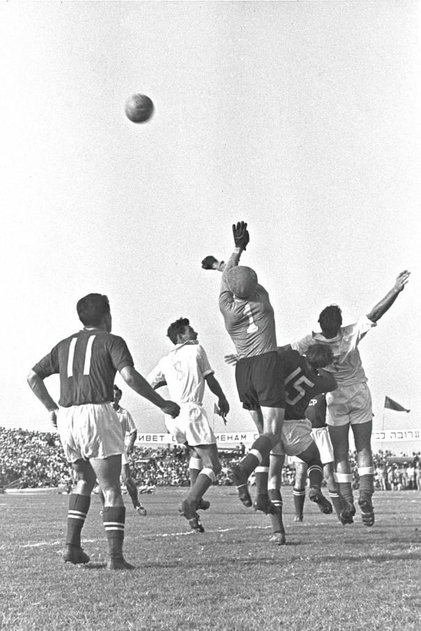 לפגוש אמונה וטהרה ביציעי הכדורגל. ישראל נגד רוסיה באיצטדיון רמת גן, הטורניר הקדם אולימפי, 1956 צילום: GPO