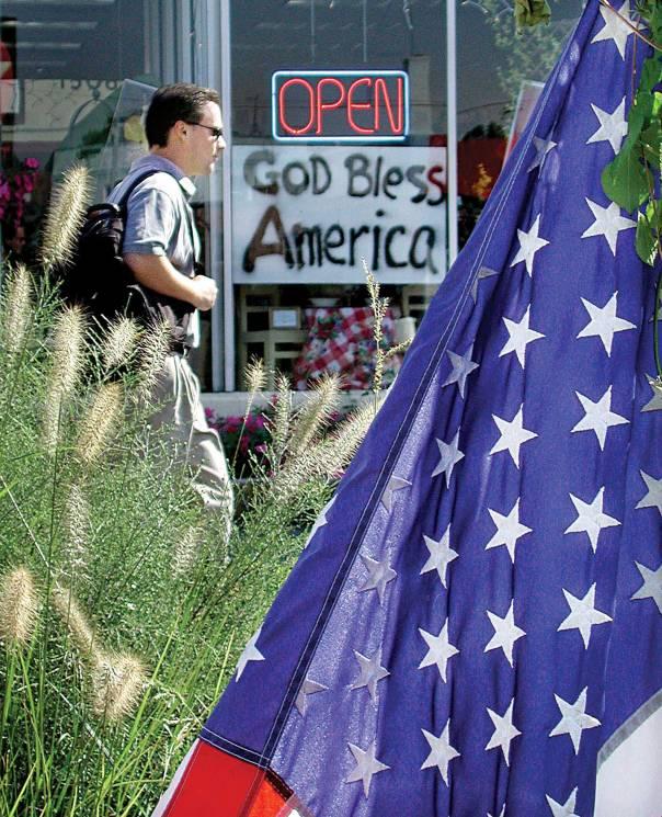 """לא כפייה דתית, אלא הצהרה פטריוטית. שלט """"אלוהים, ברך את אמריקה"""", וירג'יניה, ארה""""ב צילום: רויטרס"""