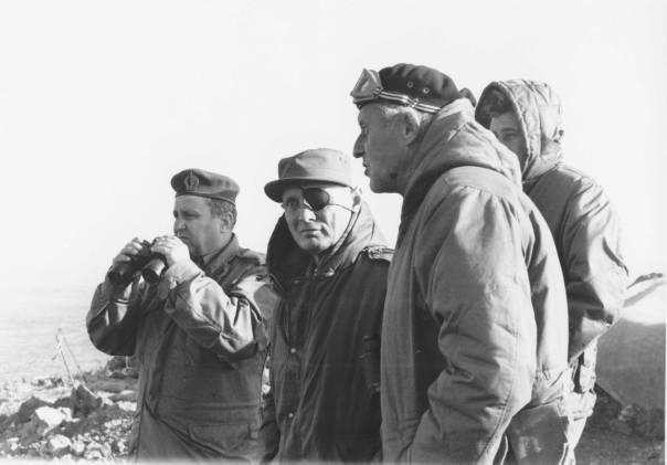 """אמר כבר ביום השני שצריך להגיד לעם את האמת. דיין בביקור ברמת הגולן מיד לאחר המלחמה, 1973 צילום: באדיבות ארכיון צה""""ל במשרד הביטחון"""